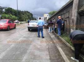 Xalapa, Ver., 11 de agosto de 2020.- Tres vehículos colisionaron sobre la carretera Coatepec-Xalapa, a la altura de la barda de Gálvez. Según afectados, el responsable escapó. Paramédicos de la Cruz Roja atendieron a los ocupantes de los autos involucrados en percance.