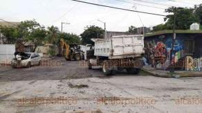 Boca del Río, Ver., 11 de agosto de 2020.- Un volteó cargado con tierra volcó en la esquina de Cándido Aguilar y Aguascalientes, en la colonia Villa Rica.
