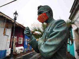Veracruz, Ver., 12 de agosto de 2020.- Vecinos del barrio de La Huaca decidieron que hasta la estatua de Agustín Lara —ubicada en la esquina de Doblado y callejón Toña La Negra— debe portar cubrebocas ante la pandemia de COVID-19.