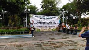 Coatepec, Ver., 12 de agosto de 2020- Un grupo de propietarios de terrenos de la Sierra Alta instalaron una manta frente al Palacio Municipal para manifestar su defensa a estos predios, en los que la SEDATU pretendía hacer un deslinde a petición de una agrupación campesina.