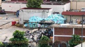 Veracruz, Ver., 13 de agosto de 2020.- De acuerdo con el IMSS, ya fueron retiradas 6 toneladas de desechos de la Clínica 14; sin embargo, este jueves aún se observa gran cantidad de bolsas con residuos.
