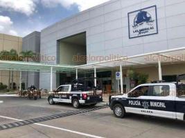 Xalapa, Ver., 13 de agosto de 2020.- Movilización policiaca en Plaza Américas, luego de que se reportara presunto asalto a una joyería. Sin embargo, se trató de una falsa alarma pues empleada presionó por accidente el botón de pánico.