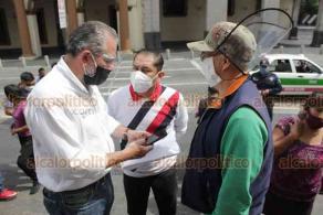 Xalapa, Ver., 13 de agosto de 2020.- Tras acceder a parar labores por 15 días, tianguistas demandaron al Ayuntamiento apoyo con despensas. Fueron atendidos por el subdirector de Comercio, Guilebaldo Flores.