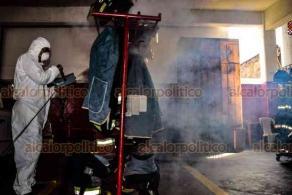 Veracruz, Ver., 14 de agosto 2020.- En su central de la calle Zaragoza, esquina con Rayón, Bomberos desinfectaron sus vehículos y equipo.