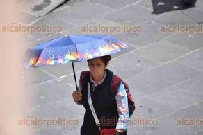 Xalapa, Ver., 14 de agosto de 2020.- Algunos xalapeños andan por el Centro de la ciudad sin portar cubrebocas. También se observan policías sin el suyo.