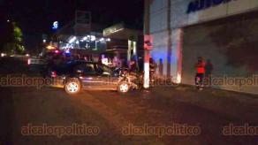 Xalapa, Ver., 15 de agosto de 2020.- La unidad fue remolcada por una grúa, mientras que la conductora fue puesta a disposición de las autoridades correspondientes.