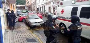 Xalapa, Ver., 17 de septiembre de 2020.- Sobre la calle Úrsulo Galván, un menor fue auxiliado por paramédicos de la Cruz Roja pues presentaba golpe en la cabeza. Ciudadano solicitó el servicio para que recibiera atención médica. Los padres no estaban en el lugar en ese momento; llegaron minutos después.