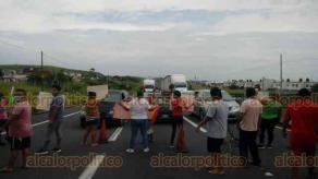 Veracruz, Ver., 18 de septiembre de 2020.- Vecinos del fraccionamiento Colinas de Santa Fe bloquearon la carretera federal Veracruz-Xalapa, debido a que la Comisión Federal de Electricidad los dejó sin luz.