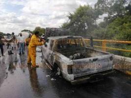 Medellín de Bravo, Ver., 18 de septiembre de 2020.- A la altura del Kilómetro 5 de la carretera Paso del Toro-Santa Fe, una camioneta tipo Ford se incendió por un presuntó corto en el motor. Hasta el lugar acudieron elementos de Protección civil y Bomberos de Medellín. El conductor resultó ileso.