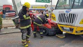 Veracruz, Ver., 19 de septiembre de 2020.- En la avenida Fidel Velázquez, frente al centro comercial Soriana Los Pinos, colisionaron un auto compacto y un camión del servicio urbano. Al sitio acudió personal de emergencia de la Cruz Roja y Bomberos Municipales que atendieron a ocupante del coche.