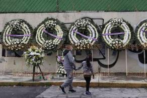 Ciudad de México, 19 de septiembre de 2020.- En el excolegio Rébsamen, padres de algunos niñas y niños fallecidos en el sismo del 2017 los recordaron con una ofrenda floral y Guardia de Honor por paramédicos.