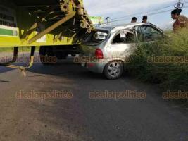 Veracruz, Ver., 19 de septiembre 2020.- Un accidente se registró sobre la carretera libre Veracruz-Xalapa, cuando un tráiler chocó a un auto Chevy por el costado y éste terminó impactándose con el camellón central; afortunadamente no hubo personas lesionadas.