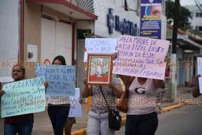 Acayucan, Ver., 20 de septiembre de 2020.- Familiares de la joven Daysi, asesinada a puñaladas en San Juan Evangelista hace días, marcharon por calles del municipio para exigir justicia. Afirman que el principal sospechoso es quien fuera el novio de la víctima.