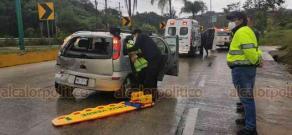 Coatepec, Ver., 20 de septiembre de 2020.- La tarde de este domingo de lluvia, en la carretera Xalapa-Coatepec, cuatro vehículos —incluida una ambulancia de la Secretaría de Salud— participaron en un choque múltiple a la altura de Los Arenales. Se reportaron dos heridos.