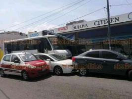 Veracruz, Ver., 21 de septiembre de 2020.- Un autobús urbano de la ruta Miguel Alemán se quedó sin frenos y se impactó contra algunos comercios de la calle Madero entre Rayón y Canal; no hubo heridos, sólo daños materiales.