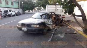 Veracruz, Ver., 21 de septiembre de 2020.- Un fuerte accidente vial se registró la tarde de este lunes, en el cruce de Juan de Dios Peza y Agustín Lara, al colisionar una camioneta GMC y un Nissan, impactando a otras dos unidades estacionadas.