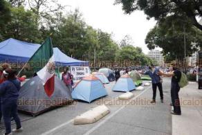 Ciudad de México, 21 de septiembre de 2020.- Cientos de casas de campaña, algunas vacías, bloquean la avenida Juárez en el plantón de FRENAAA para exigir la renuncia del presidente Andrés Manuel López Obrador; el viento voló algunas y además se confrontan simpatizantes de AMLO con los manifestantes.