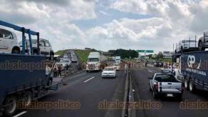 Emiliano Zapata, Ver., 22 de septiembre de 2020.- Justo al mediodía de este martes, la larga fila de vehículos que permanecía parada en la carretera Xalapa-Veracruz pudo avanzar luego de que manifestantes abrieran el paso.