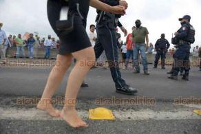 Emiliano Zapata, Ver., 22 de septiembre de 2020.- Joven tuvo que caminar más de un kilómetro descalza para librar el bloqueo de la carretera Xalapa-Veracruz. Refirió que tenía cita en la Secretaría de Relaciones Exteriores; finalmente fue apoyada por elementos de la Guardia Nacional.
