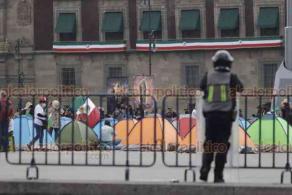 Ciudad de México, 23 de septiembre de 2020.- Cientos de integrantes de FRENAAA toman el Zócalo e instalan su campamento ante un cerco policial de protección por la presencia de simpatizantes del presidente Andrés Manuel López Obrador.