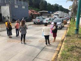 Xalapa, Ver., 24 de septiembre de 2020.- Para demandar topes, reductores de velocidad y protección para caminar a orillas de la carretera, vecinos de Los Arenales cerraron este jueves por dos horas el bulevar Xalapa-Coatepec. El paso quedó abierto alrededor de las 11:00 horas.