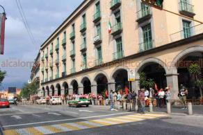 Xalapa, Ver., 24 de septiembre de 2020.- A lo largo de la calle Enríquez, integrantes del Movimiento Antorchista organizaron una cadena humana en protesta contra gobiernos morenistas, por presunta represión y amenazas.