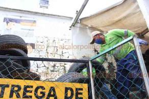 Xalapa, Ver., 24 de septiembre de 2020.- El alcalde Hipólito Rodríguez Herrero y la secretaria de Medio Ambiente, Rocío Pérez, dieron el banderazo al acopio de llantas inservibles en la cochera de Limpia Pública. Se espera recolectar aproximadamente 30 toneladas de llantas.