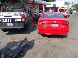 Veracruz, Ver., 24 de septiembre de 2020.- Una patrulla de la Policía Estatal impactó a un automóvil en la avenida 20 de Noviembre, en la colonia Zaragoza.