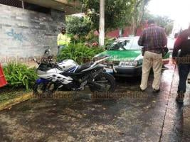 Xalapa, Ver., 24 de septiembre de 2020.- Choque entre motociclista y taxi deja a una joven lesionada la cual viajaba como acompañante en la motocicleta, el percance ocurrió sobre la avenida Orizaba, esquina Paseo Las Palmas.