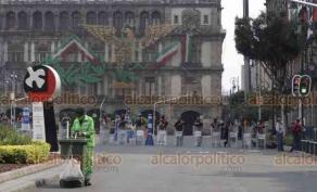 Ciudad de México, 24 de septiembre de 2020.- Los manifestantes de FRENAAA ya cuentan en su campamento con los servicios de comida y baño, además de un cerco policial para garantizar su seguridad. Los simpatizantes del presidente AMLO protestan detrás de las vallas perimetrales.