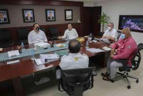 Veracruz, Ver., 25 de septiembre de 2020.- El gobernador Cuitláhuac García y el procurador de Medio Ambiente Sergio Rodríguez —quien señalara este jueves la contaminación que causaron empresas del puerto— se reunieron con el nuevo director de APIVER, el almirante Eduardo Ledezma Abaroa, a quien le entregaron un reconocimiento.
