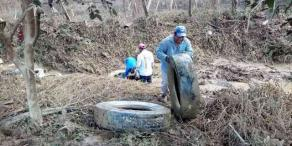 Ixtaczoquitlán, Ver., 25 de septiembre de 2020.- Personal municipal y pobladores continúan las tareas de limpieza en el río ubicado en Rincón Barrientos, de la comunidad de Cuautlapan, luego de que lluvias arrastraran grandes cantidades de basura en días pasados.