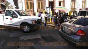 Xalapa, Ver., 25 de septiembre de 2020.- Camioneta del Ayuntamiento de Xalapa atropelló a una joven que intentaba cruzar la calle Clavijero, en el Centro de la ciudad. La mujer caminaba sobre el paso peatonal cuando fue golpeada por el vehículo oficial, fue atendida por paramédicos del grupo Panteras.