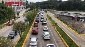 Xalapa, Ver., 26 de septiembre de 2020.- Este sábado, personal de la SIOP continúa con trabajos para colocar reductores de velocidad en la carretera Xalapa-Coatepec, a la altura de Los Arenales. Debido a ello, el carril hacia el Pueblo Mágico presenta gran carga vehicular.