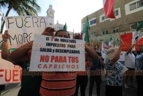 Veracruz, Ver., 27 de septiembre de 2020.- A la llegada del presidente Andrés Manuel López Obrador al Museo Naval, tamseros e integrantes del movimiento FRENAAA se manifiestan en el faro Venustiano Carranza; los tamseros apoyan a AMLO mientras que la de FRENAAA repudian al actual gobierno.