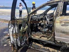 Boca del Río, Ver., 27 de septiembre de 2020.- Una camioneta con placas de Tlaxcala se incendió presuntamente por un cortocircuito, en el bulevar Ávila Camacho. Bomberos controlaron la situación, no hubo heridos.