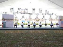Córdoba, Ver., 27 de septiembre de 2020.- El presidente Andrés Manuel López Obrador cerró su gira de fin de semana por la entidad en este municipio, donde el gobernador Cuitláhuac García le regaló una canasta de guanábanas.