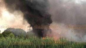 Minatitlán, Ver., 27 de diciembre de 2020.- Desde antes de las 18:00 horas de este domingo se desató un incendio en una zona de pantano donde se presume hay ductos de PEMEX. Según vecinos, ya se había denunciado una toma clandestina hace 15 días.