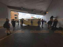 Xalapa, Ver., 28 de septiembre de 2020.- Para demandar aborto legal, feministas bloquearon el Viaducto bajo el parque Juárez, con granaderos resguardando la salida hacia Zaragoza. Debido a que las jóvenes dejaban pasar ambulancias y otros vehículos por alguna emergencia, los policías tuvieron que replegarse.
