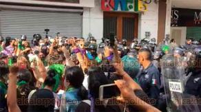 Xalapa, Ver., 28 de septiembre de 2020.- En su marcha del Viaducto a la Plaza Lerdo, feministas se confrontaron con granaderos debido a que supuestamente dos jóvenes fueron detenidas. Pararon para preguntarse entre ellas si alguna faltaba, después siguieron avanzando.