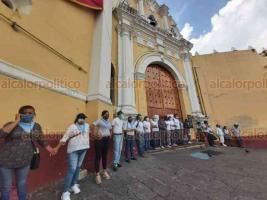 Xalapa, Ver., 28 de septiembre de 2020.-. Alrededor de las 15:45 horas, la marcha feminista llegó a la plaza Lerdo, donde concluiría esta protesta, con la Catedral Metropolitana protegida por activistas Provida y el Palacio de Gobierno resguardado por policías.