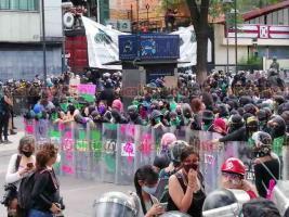 Ciudad de México, 28 de septiembre de 2020.- Cientos de mujeres marcharon para exigir un aborto legal, libre y gratuito garantizando la salud integral de la mujer. Un cerco policial vigila la movilización.