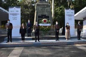 Xalapa, Ver., 28 de septiembre de 2020.- Acompañado por su equipo de trabajo, el coordinador general de Comunicación Social, Iván Joseph Luna Landa, montó Guardia de Honor al monumento a Miguel Hidalgo y Costilla en Los Berros.