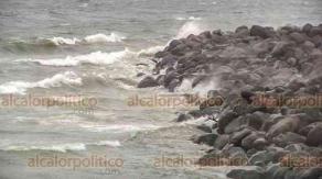 """Veracruz, Ver., 29 de septiembre de 2020.- Por el Frente Frío, API cerró bahías norte y sur del puerto y se restringe navegación a todo tipo de embarcaciones, así como el ingreso a las playas. En tanto, pescadores vigilan sus lanchas para evitar que resulten dañadas por el """"norte""""."""