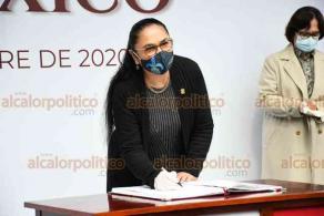 Xalapa, Ver., 30 de septiembre de 2020.- Sara Ladrón de Guevara, rectora de la Universidad Veracruzana, durante la Guardia de Honor en el parque de Los Berros, acompañada por colaboradores.