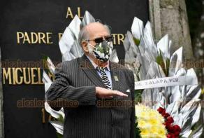 Xalapa, Ver., 30 de septiembre de 2020.- Elementos del Heroico Cuerpo de Bomberos, junto con el presidente del Patronato, José Zaydén Domínguez, rindieron Guardia de Honor ante el monumento de Miguel Hidalgo.