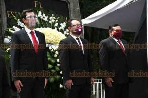 Xalapa, Ver, 30 de septiembre de 2020.- Elio Hernández Gutiérrez, titular de la Secretaría de Infraestructura y Obras Públicas (SIOP), encabezó la Guardia de Honor ante el monumento al Padre de la Patria.