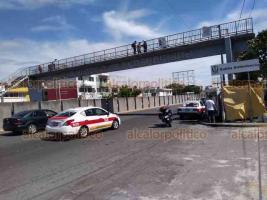 Veracruz, Ver., 30 de septiembre de 2020.- Un peatón y agentes de Tránsito Municipal evitaron que un hombre se arrojara del puente peatonal de la avenida Cuauhtémoc, a la altura de la clínica 14 del IMSS.