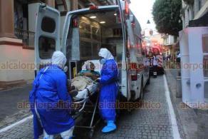 """Xalapa, Ver., 30 de septiembre de 2020.- Paramédicos de la Cruz Roja atendieron a una persona con síntomas de COVID-19 en la calle de Leandro Valle y la trasladaron al Centro de Alta Especialidad """"Dr. Rafael Lucio""""."""