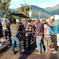Ixhuatlancillo, Ver., 1° de octubre de 2020.- Quince choferes presuntamente despedidos de manera arbitraria por la Sociedad Cooperativa de Ixhuatlancillo se manifiestan con el cierre de la calle principal, a la altura de la terminal.